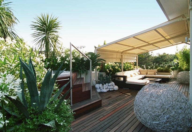 L oasi di relax a lignano sabbiadoro una terrazza moderna for Arredi terrazzi design